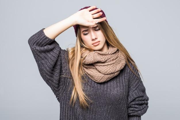 Moda ubrana młoda modelka ma ból głowy i brzucha na szaro