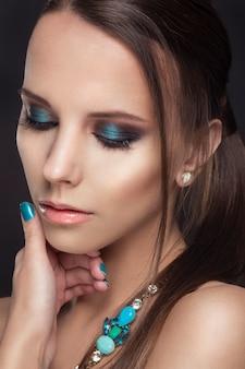 Moda uroda dziewczyny z makijażem.