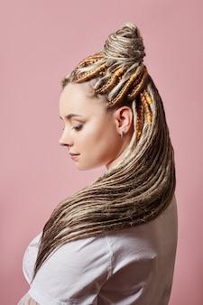Moda uroda kobieta piękna fryzura, plecione włosy w warkocze