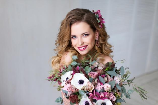 Moda uroda model dziewczyna z kwiatami włosów.