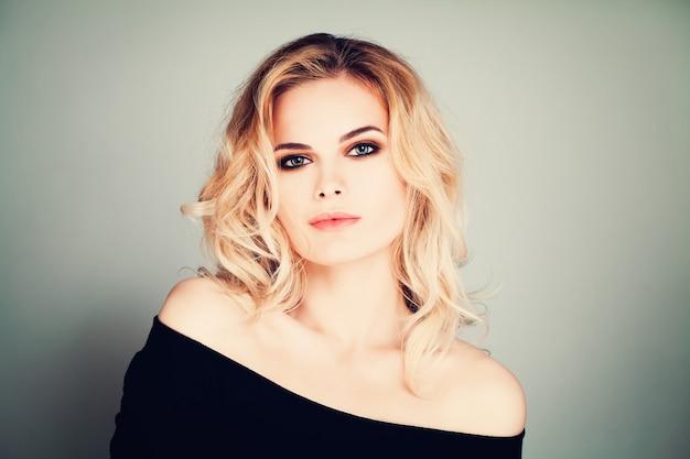Moda uroda portret pretty woman model z blond włosami i makijażem