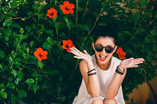 Moda zewnątrz zdjęcie pięknej zmysłowej kobiety o ciemnych włosach w luksusowej białej sukni