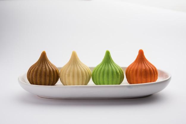 Modak to indyjska słodka kluseczka ofiarowana panu ganapati na festiwalu ganeśćaturthi. podawany w talerzu. selektywne skupienie