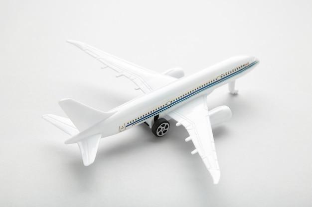 Model biały samolot na szarej ścianie. koncepcja podróży