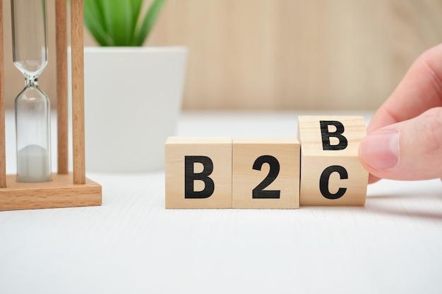 Model biznesowy pojęcie b2b i b2c na drewnianych blokach.