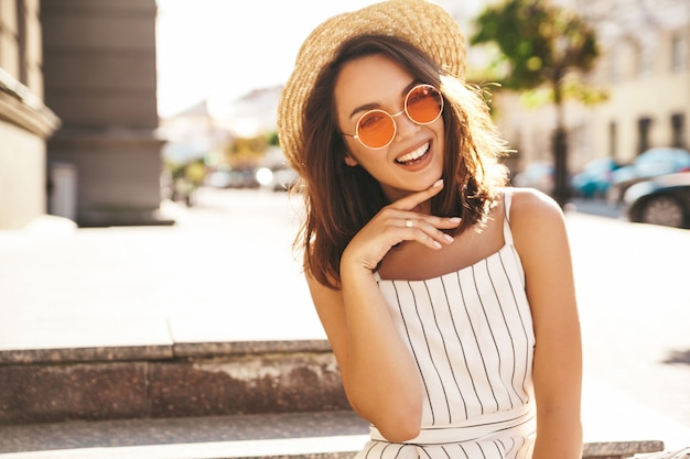 Model brunetka w letnie ubrania pozowanie na ulicy pozowanie