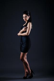 Model brunetka w seksownej sukience.