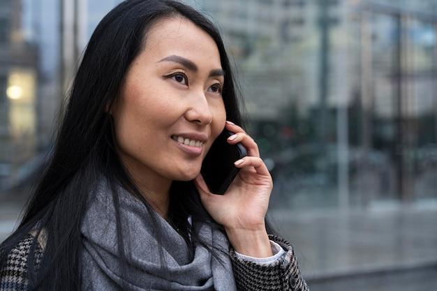 Model buźkę rozmawia przez telefon