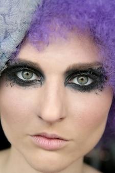 Model cieni do makijażu w kolorze czarnym