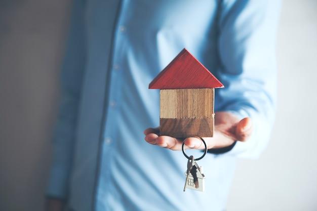 Model domu człowieka z kluczem