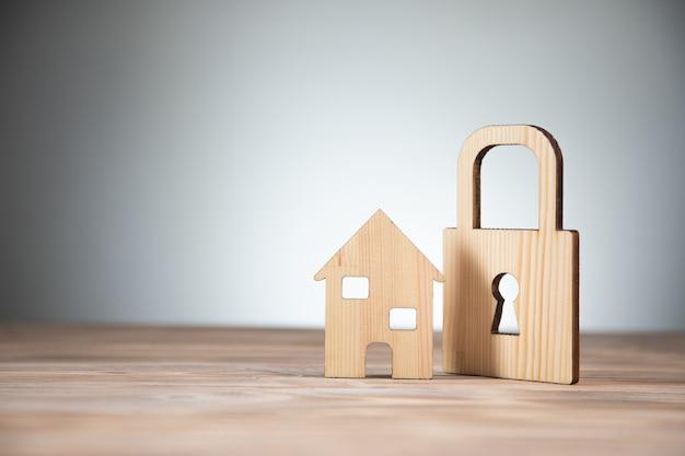 Model Domu Drewnianego Z Zamkiem Na Stole Premium Zdjęcia