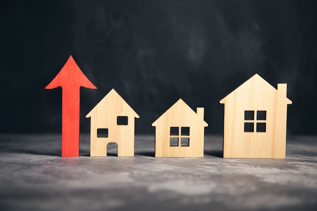 Model domu i drewniana czerwona strzałka