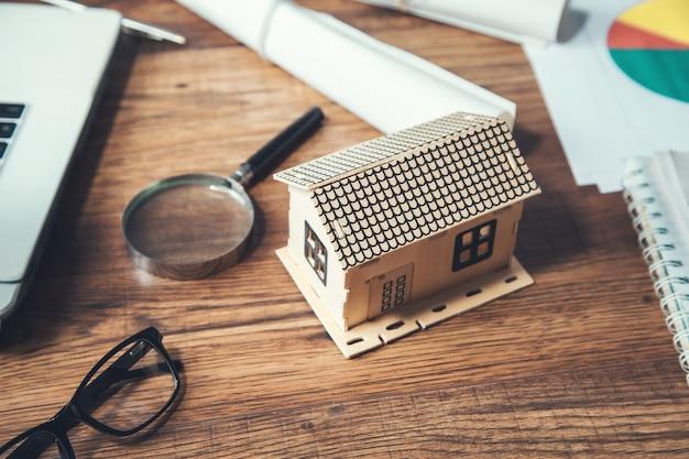 Model domu i lupa na stole