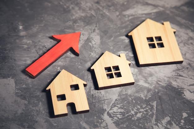 Model domu i wykres z czerwoną strzałką.