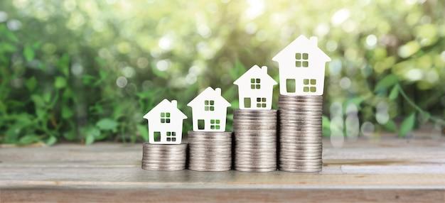 Model domu makieta na monetach. koncepcja inwestycji w nieruchomości