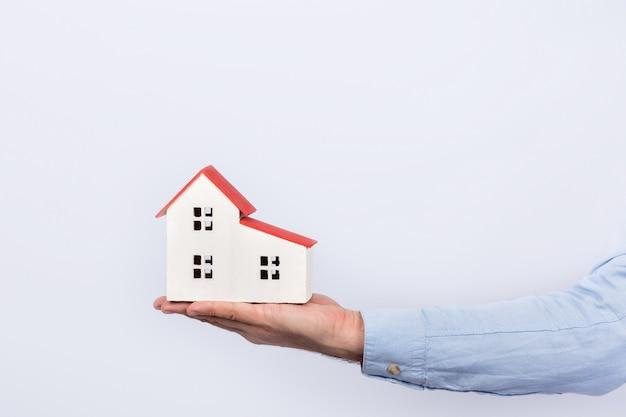 Model domu na dłoni na białym tle