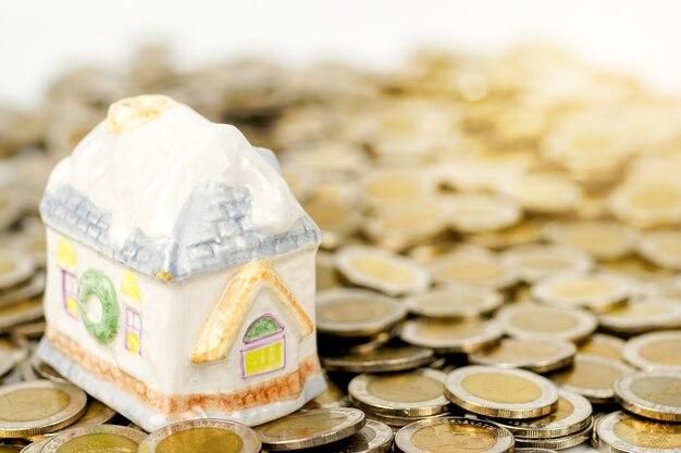 Model domu na stosie monet