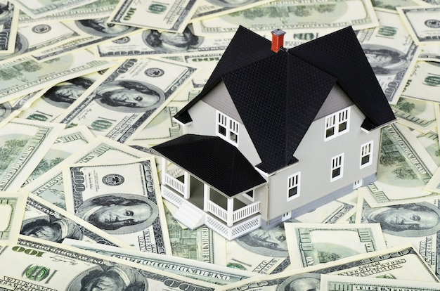 Model domu na studolarowych banknotach