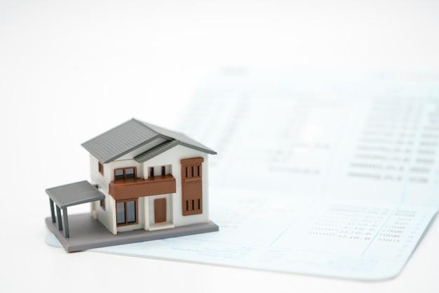 Model domu umieszczony jest na banknotach. inwestowanie w nieruchomości
