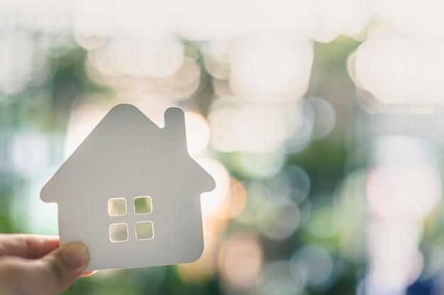 Model domu w ręce agenta pośrednika ubezpieczeniowego