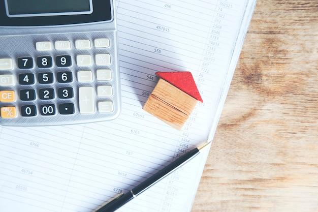 Model domu z kalkulatorem na dokumencie