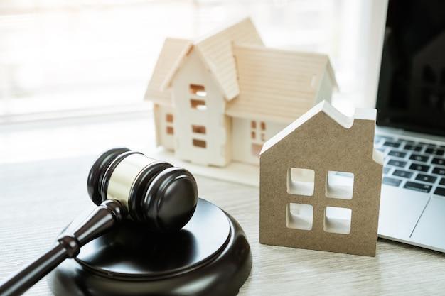 Model domu z młotkiem sędziego