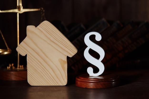 Model domu z symbolem akapitu