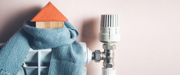 Model domu z szalikiem w domu