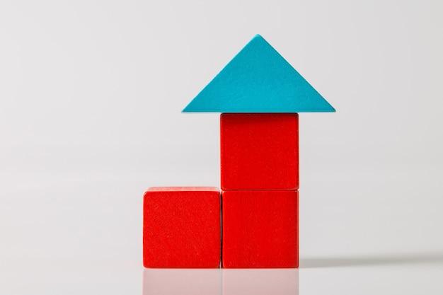 Model drewnianego domu (nieruchomości) na białym tle