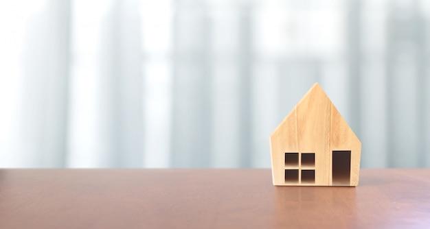 Model drewniany dom. koncepcja mieszkalnictwa i nieruchomości