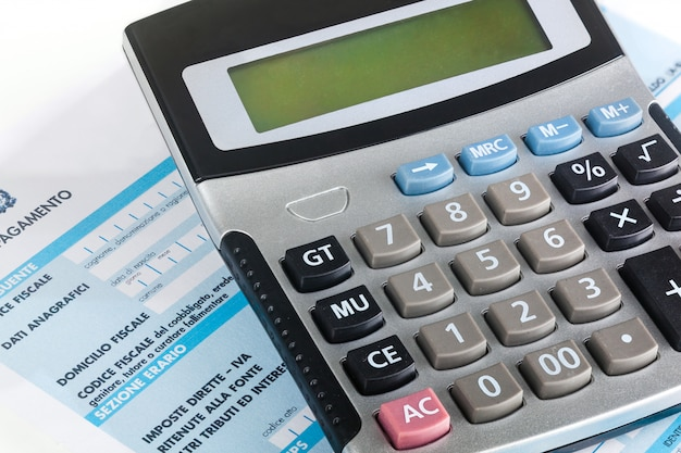 Model f24 do płatności podatków we włoszech za pomocą kalkulatora