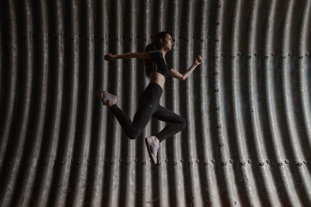 Model fitness ćwiczący na świeżym powietrzu