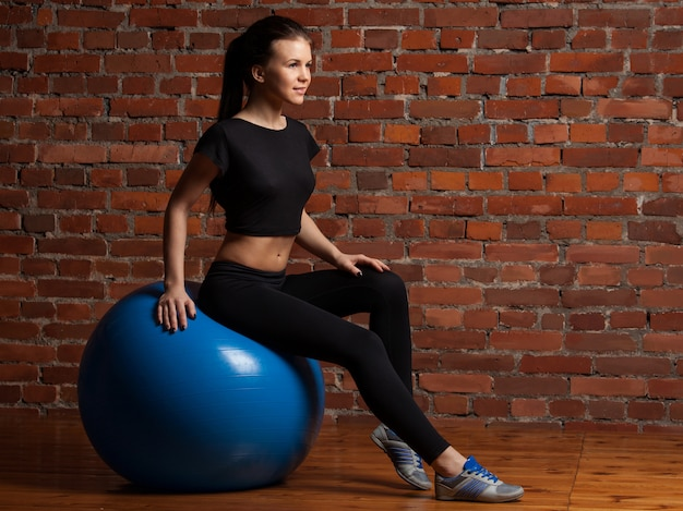 Model fitness ćwiczenia z fitball
