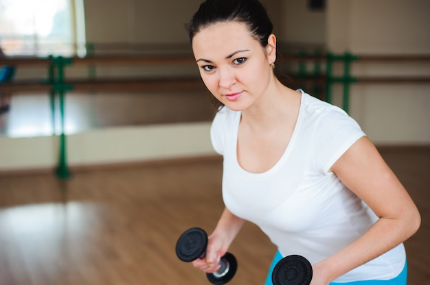 Model fitness robi trening kulturystyczny z ciężarami