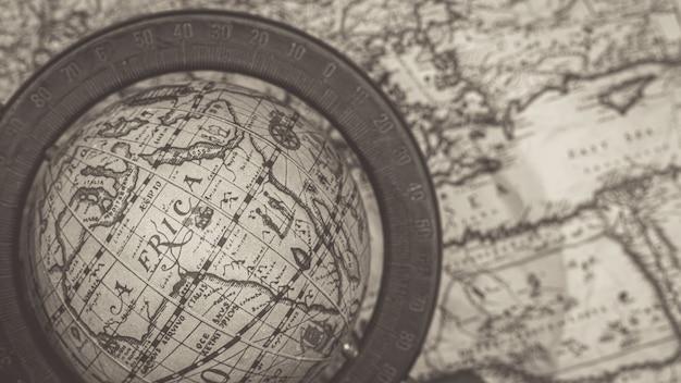 Model globu na starej mapie świata