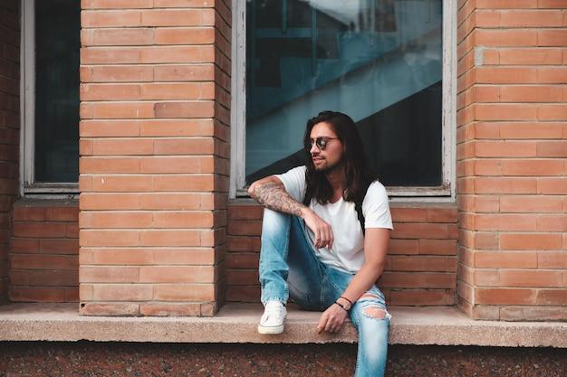 Model hipster z długimi włosami