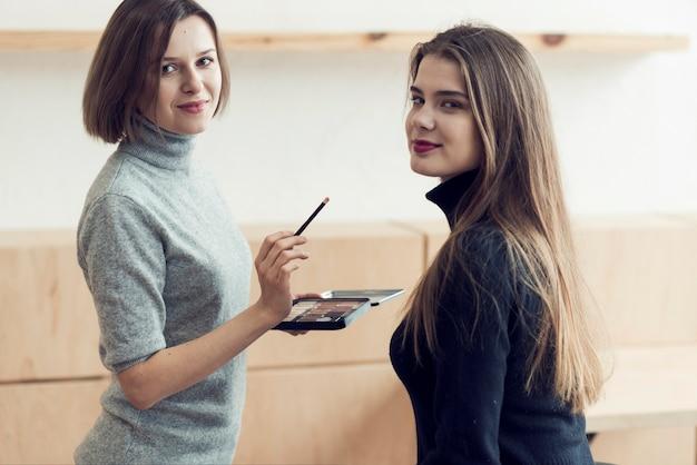 Model i stylista patrząc na kamery