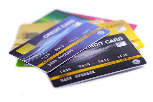 Model karty kredytowe na białym tle.