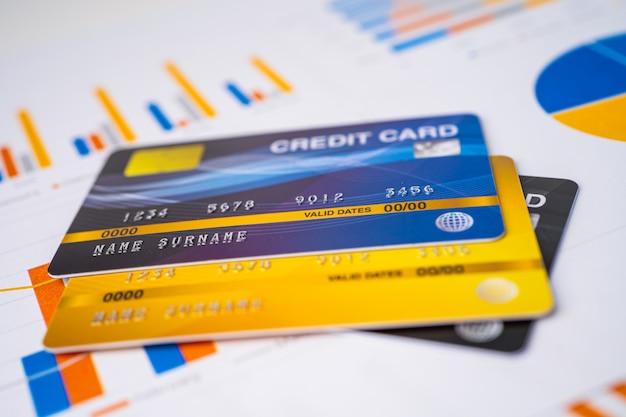 Model karty kredytowej na papierze milimetrowym.