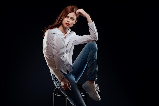 Model kobieta w dżinsach i pozowanie białej koszuli