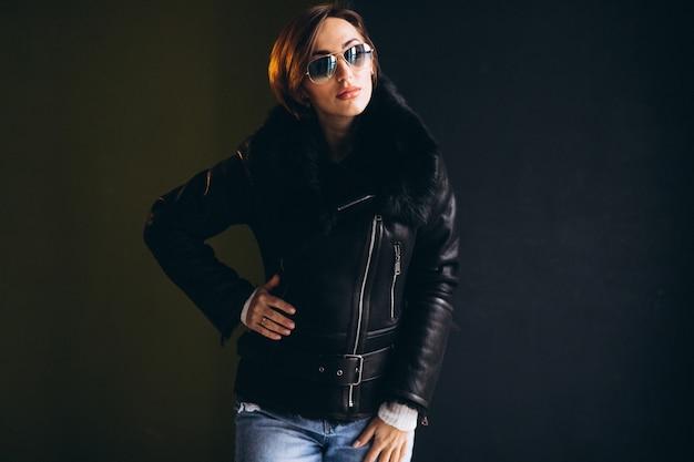 Model kobiety wykazujące zimowe ubrania