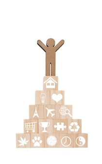 Model ludzie stoją na drewnianych kostkach ze znakiem szczęśliwego życia w kształcie piramidy na białym tle