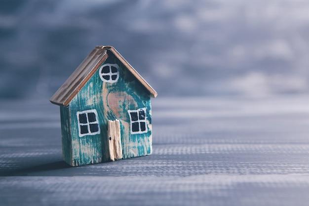 Model małego starego domu na drewnianym stole