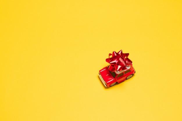 Model maszyny z prezentem