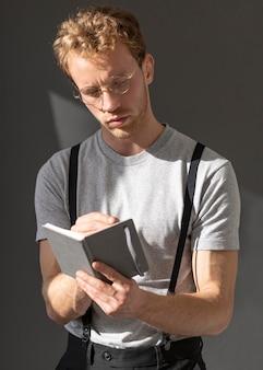 Model mężczyzna nosi szelki akcesoriów średniego strzału