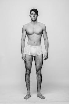 Model mężczyzna pozowanie całą twarz w pniach.