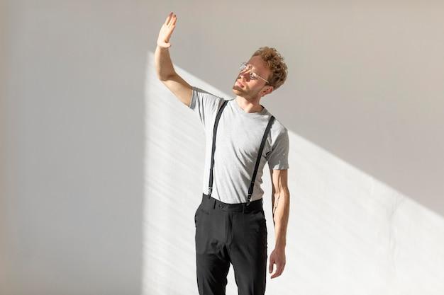 Model mężczyzna stojący w świetle dziennym