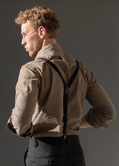 Model mężczyzna z kręconymi włosami z tyłu strzału