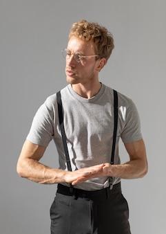 Model mężczyzna zaciera ręce i odwraca wzrok