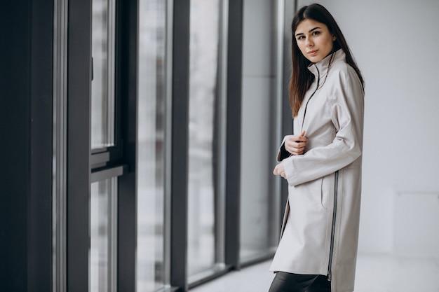 Model młoda kobieta nosi długi szary płaszcz